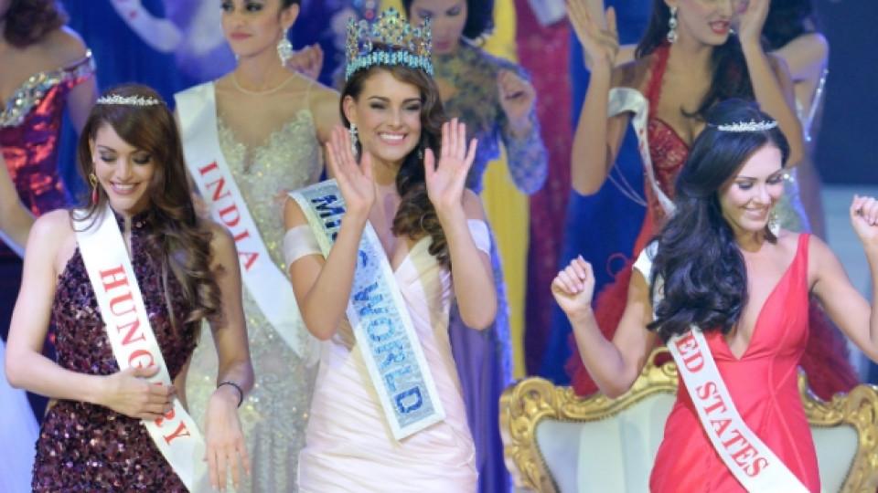 Мис Южна Африка Ролин Строс заобиколена от двете подгласнички Мис Унгария Едина Кулсцар и Мис САЩ Елизабет Сафрит
