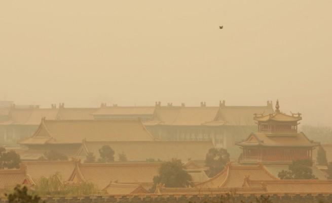 Забраненият град в Пекин се губи в прашна буря
