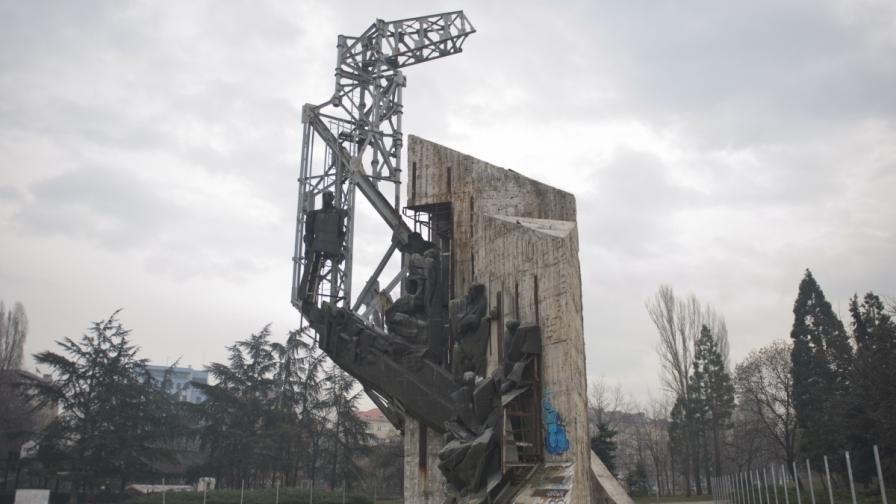Скриват паметника до НДК с жив плет