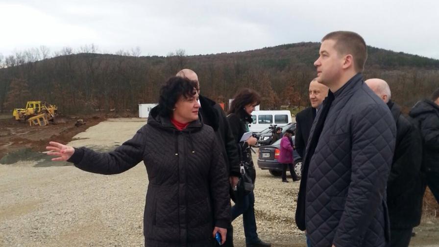 Министър Ивелина Василева инспектира строителството на регионалното депо край старозагорското село Ракитница
