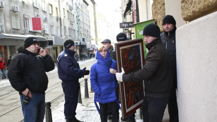 300 картини на Цв. Василев са изнесени от КТБ