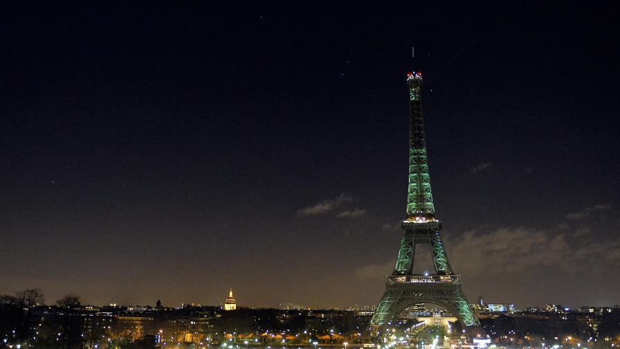 Айфеловата кула потъна в мрак в памет на жертвите (видео)