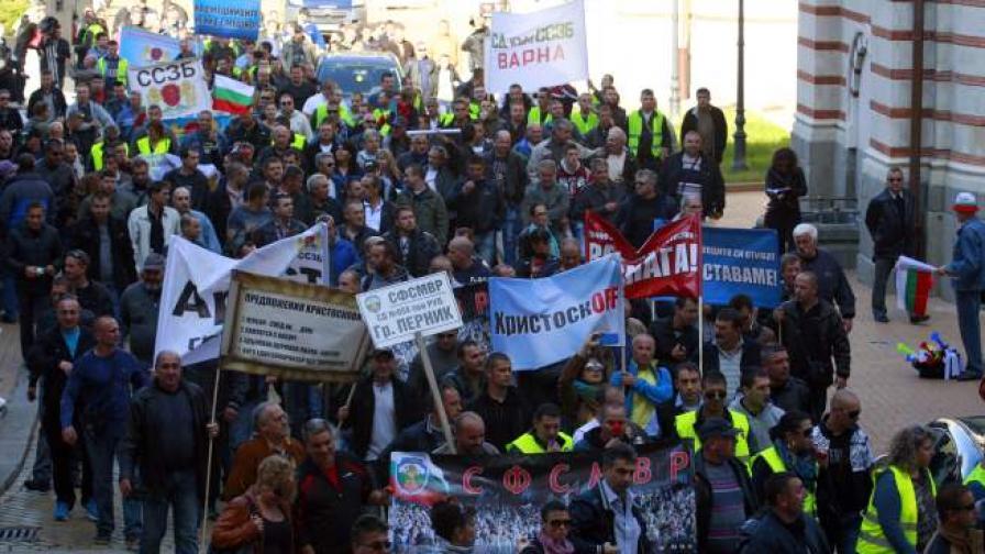 Стотици служители на затворите протестираха