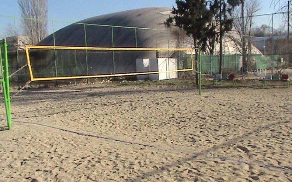Волейболни ентусиасти се грижат за игрище в Пловдив