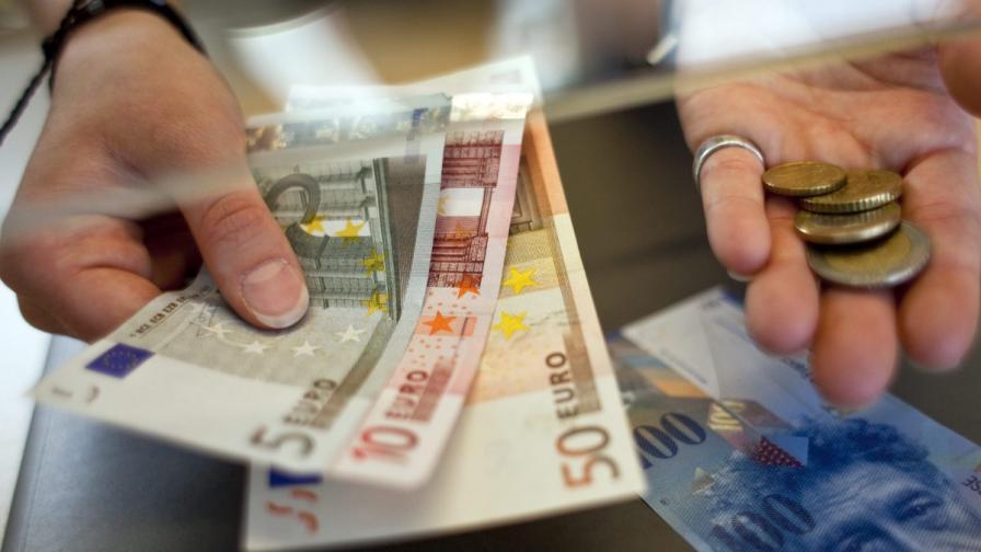 Еврото поевтиня рекордно спрямо долара