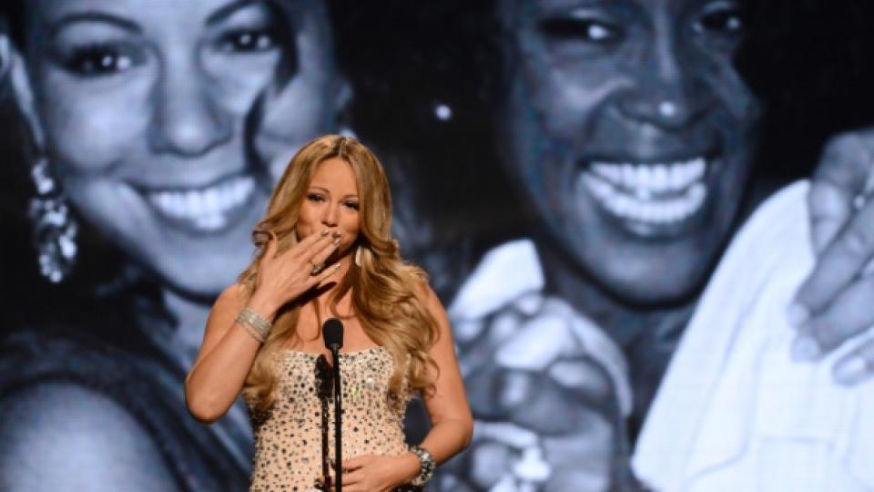 """Марая Кери отдава почит на Уитни Хюстън по време на музикалните награди за чернокожи изпълнители """"BET"""", Лос Анджелис, 1 юли 2012 г."""