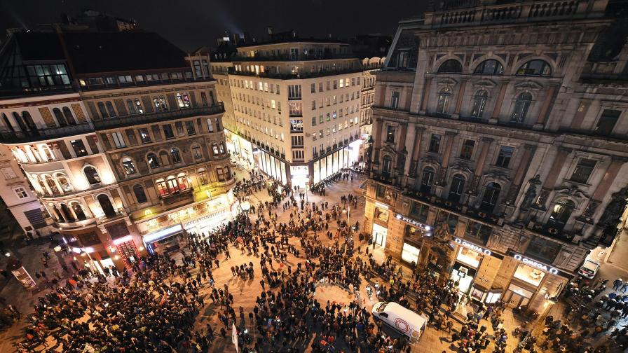 Във Виена: Едни танцуваха валс, а други протестираха