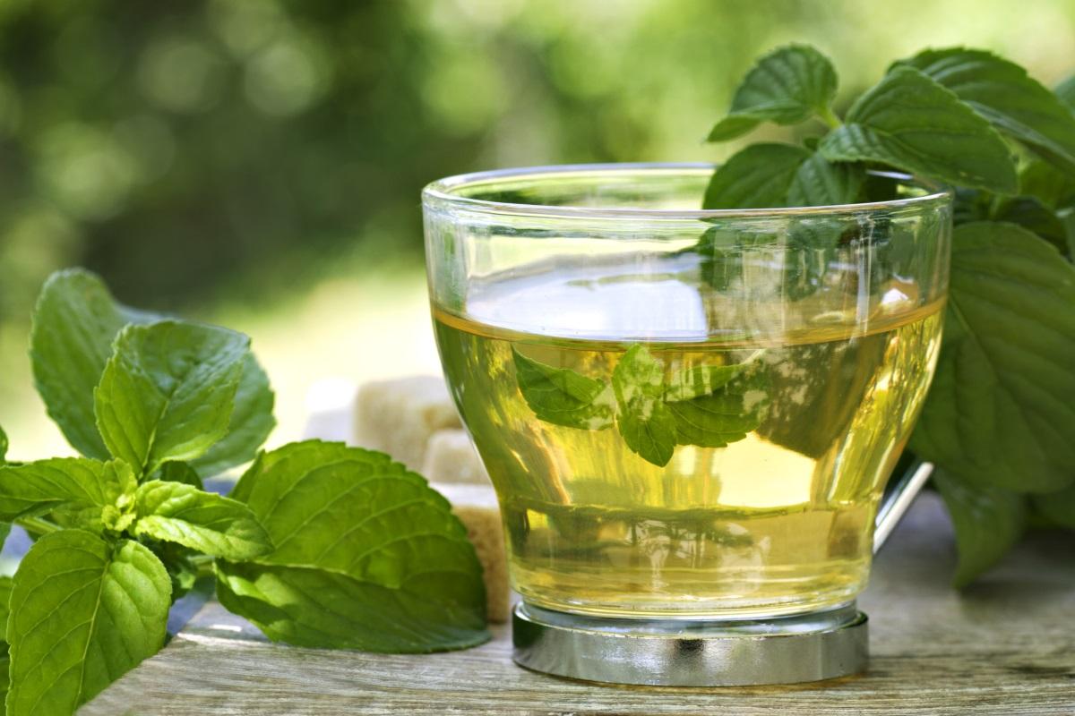 <p><strong>Може да предотврати смърт от инфаркт или инсулт</strong></p>  <p>Проучване от 2006 г., направено сред повече от 40 000 възрастни японци, установи, че тези, които пият повече от пет чаши зелен чай на ден, имат 26% по-нисък риск от смърт от инфаркти или инсулти. Нещо повече, ако вече сте прекарали инфаркт или инсулт, редовната консумация на зелен чай е свързана с намален риск от смърт.</p>