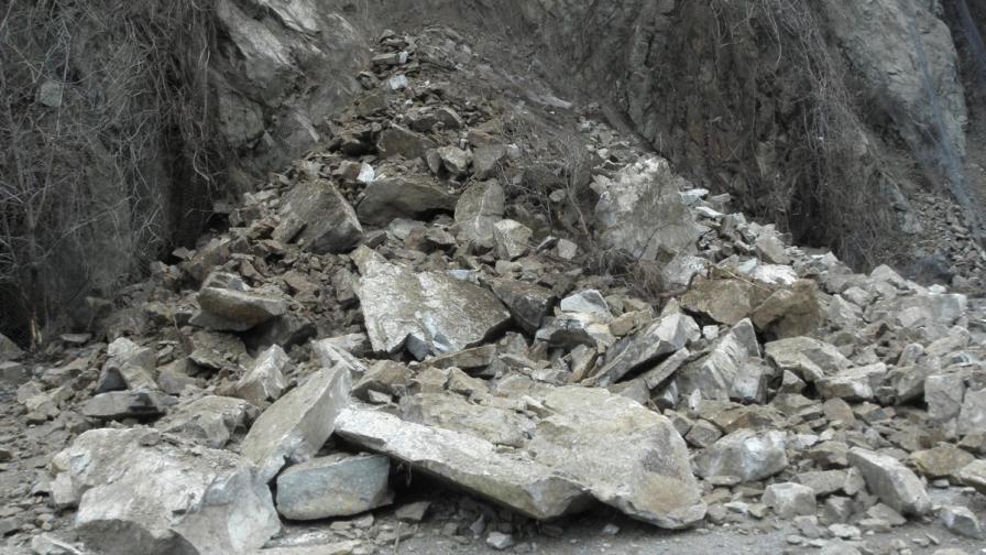 Свлачище отново блокира пътя до Асеновата крепост