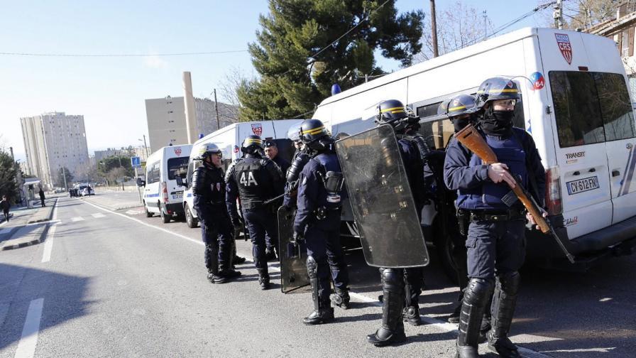 """Въоръжени с автомати """"Калашников"""" мъже откриха огън в Марсилия"""