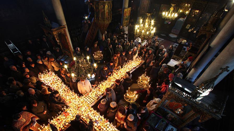 <p>Кръст от огнени буркани с мед, <strong>кой празнува днес</strong></p>