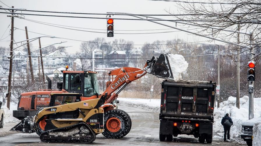 Обилният сняг се разчиства в Бостън с тежки машини