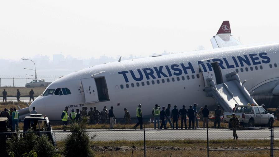 Носът на самолета, който аварира на пистата в Катманду
