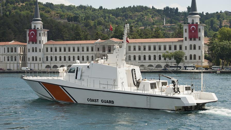 Турската брегова охрана спря с изстрели кораб с бежанци