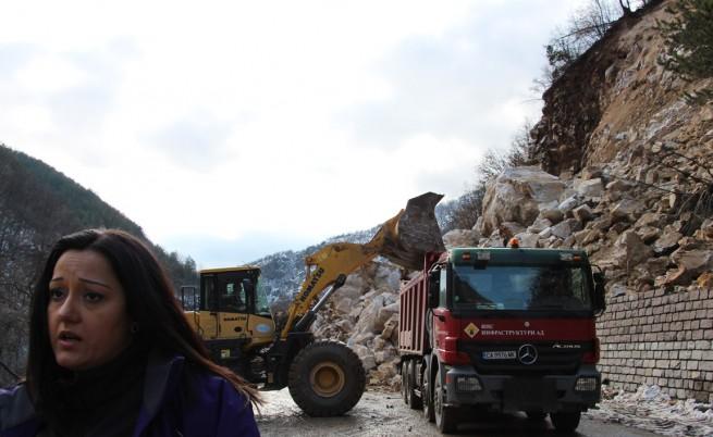 Алпинисти се включват в разчистването на пътя Асеновград – Смолян