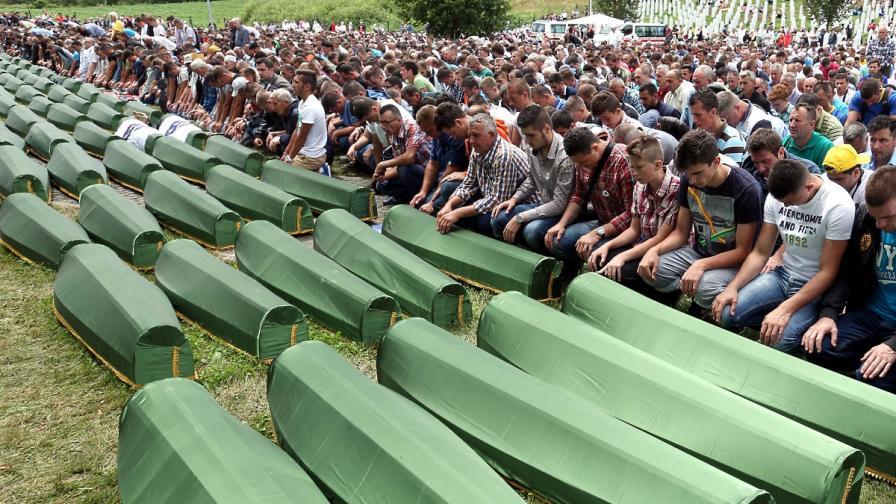 11 юли 2014 г. Босненски мюсюлмани присъстват на погребение на останките на 175 жертви на клането в Сребреница, идентифицирани наскоро