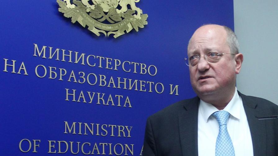 Министърът на образованието Тодор Танев