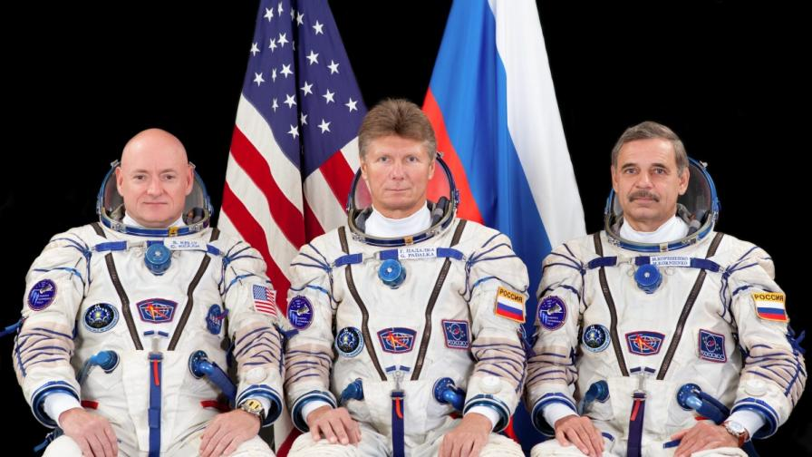 Руските космонавти Михаил Корниенко и Генадий Падалка и американският астронавт Скот Кели