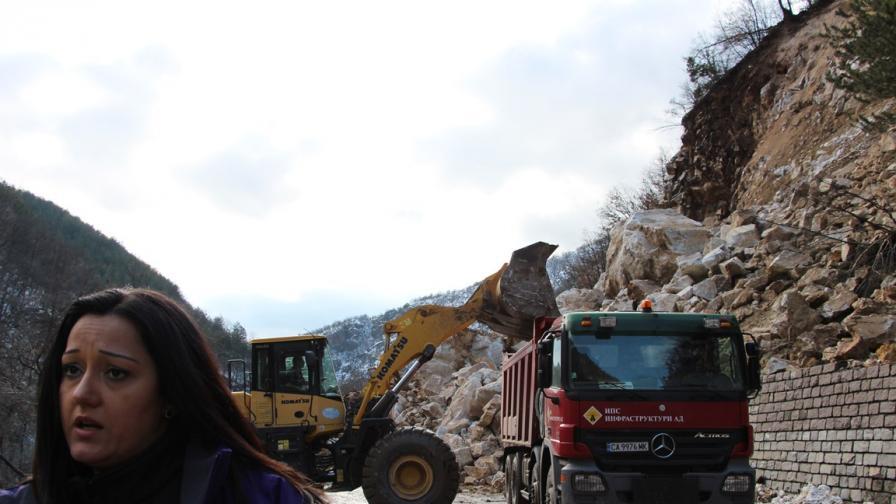 Лиляна Павлова при огромното свлачище на главния път Смолян-Пловдив