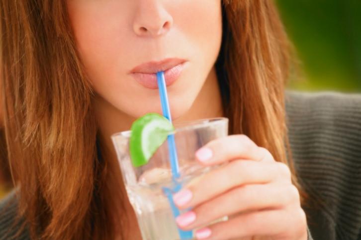 Пиете със сламка: Кафето, плодовите сокове, коктейлите – всички те вървят в комплект със сламка. Тя, освен че е напълно излишна и само замърсява природата, може да е причината за излишния въздух в стомаха ви.