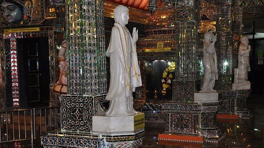 Красотата на стъкления храм Арулмигу Шри Раякалиаман