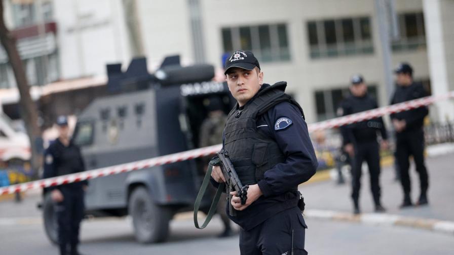 Стрелба на входа на двореца Долмабахче в Истанбул