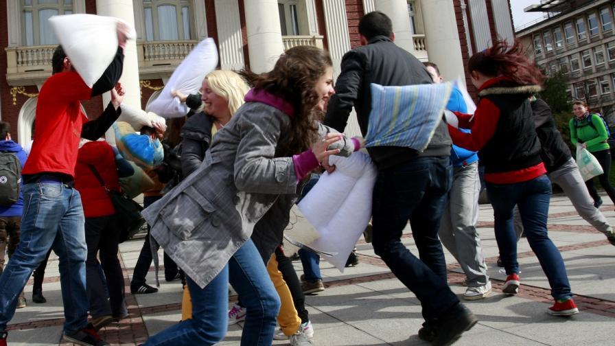 Масов бой с възглавници в София