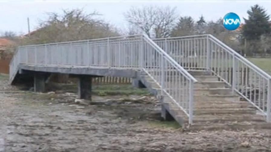 Мост в село Славеево се превърна в интернет сензация