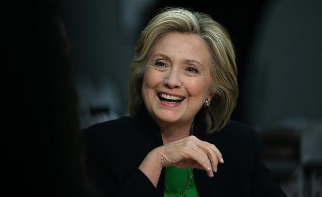 Защо Хилари Клинтън отваря буркан с краставички в шоу