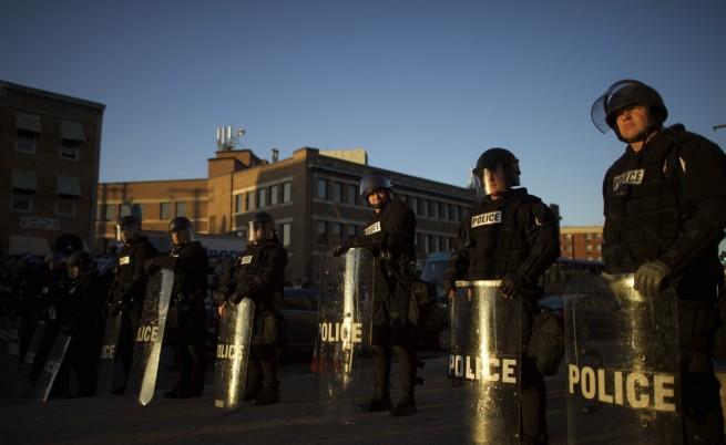 В Балтимор полицията използва димни гранати и лютив газ