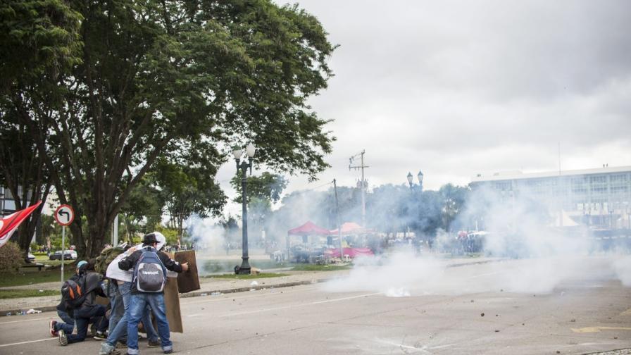 Сблъсъци между полицаи и стачкуващи учители в Бразилия
