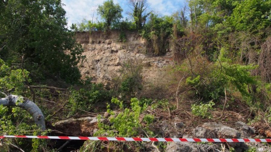 Огромно свлачище затвори крайбрежната алея във Варна