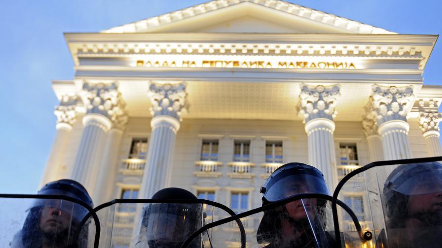 Ранени полицаи на протеста в Скопие (видео)
