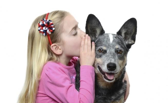 Децата са по-склонни да споделят с домашния любимец