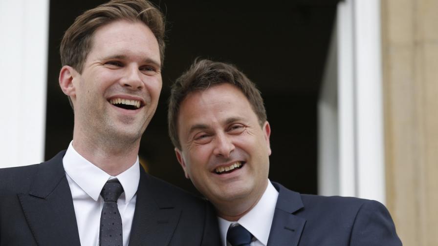 Премиерът на Люксембург  (вдясно) и партньора му Готие Дестене (вляво)