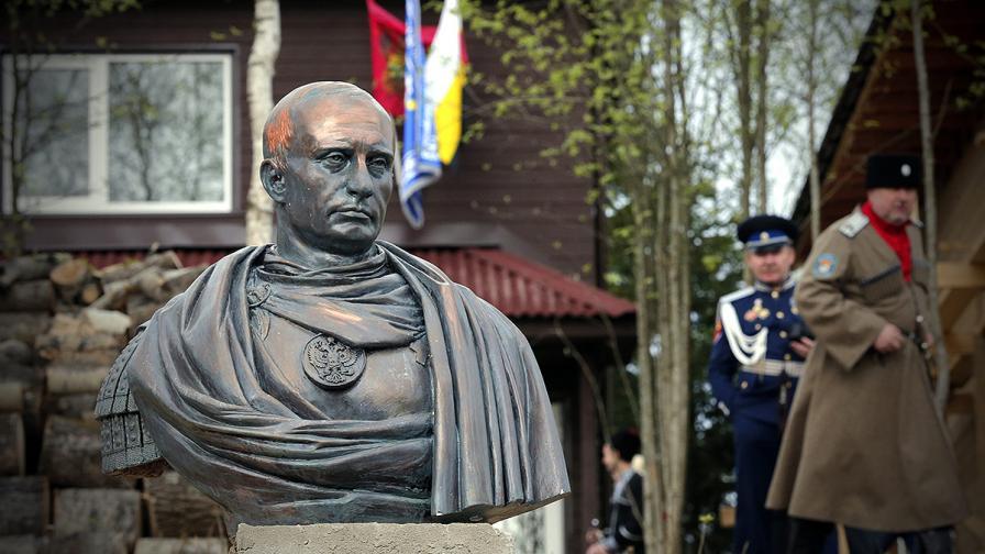 Бюст на Путин като император краси село край С. Петербург