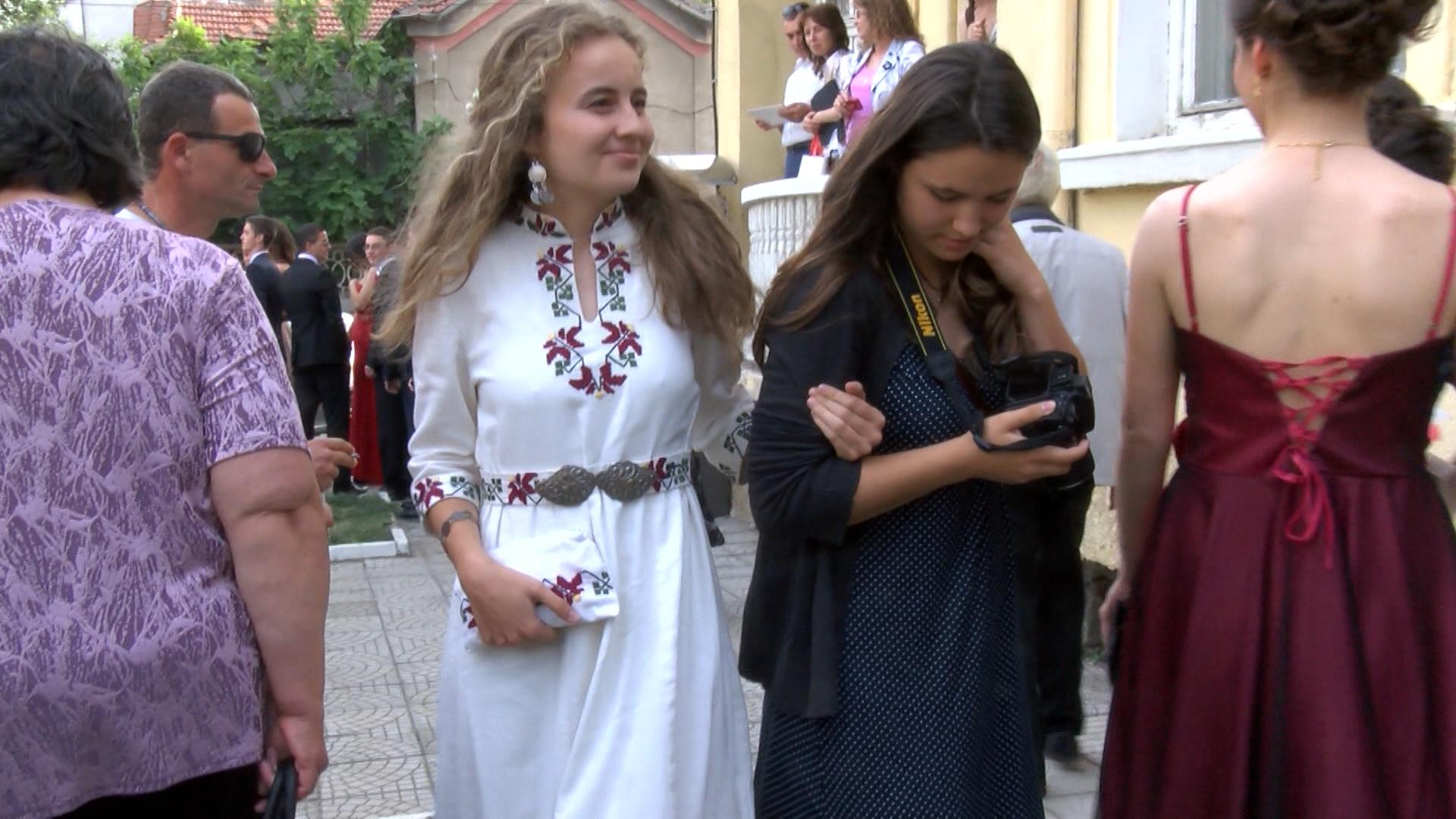 Силвия Читакова събра погледи и аплодисменти сред съгражданите си, а в социалните мрежи хората я приветстват за оригиналния ѝ избор