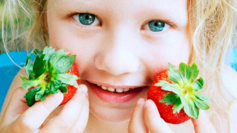 дете ягода момиченце момиче