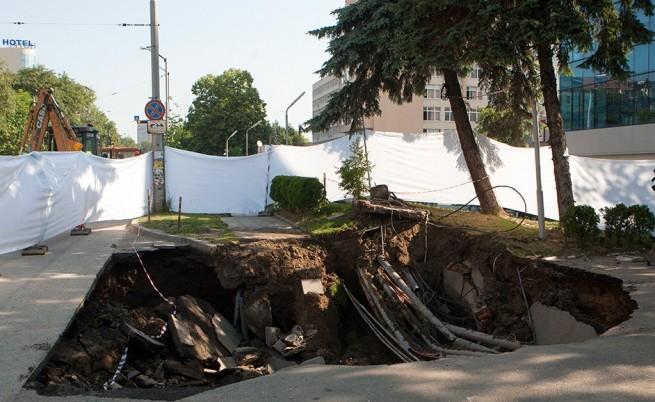 """Част от тротоара на бул. """"Черни връх"""" пропадна"""