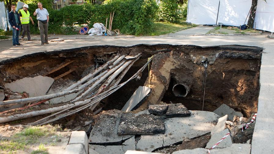 """Шефът на метрото: Тротоарът на бул. """"Черни връх"""" е пропаднал заради спукан канал"""