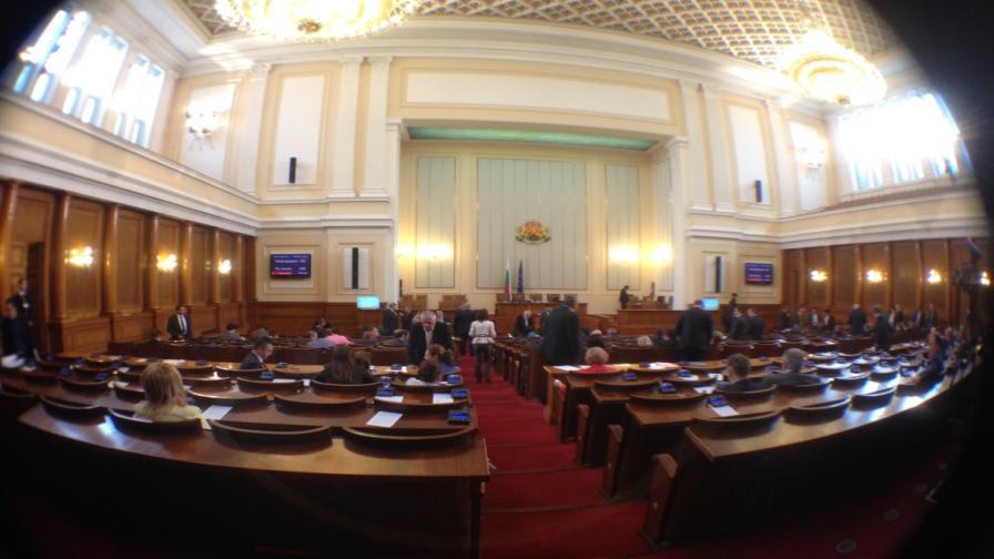 Народното събрание одобри да се отложи поскъпването на тока с месец