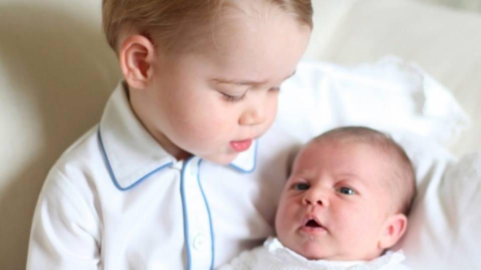 Принц Джордж заедно със сестричката си принцеса Шарлот