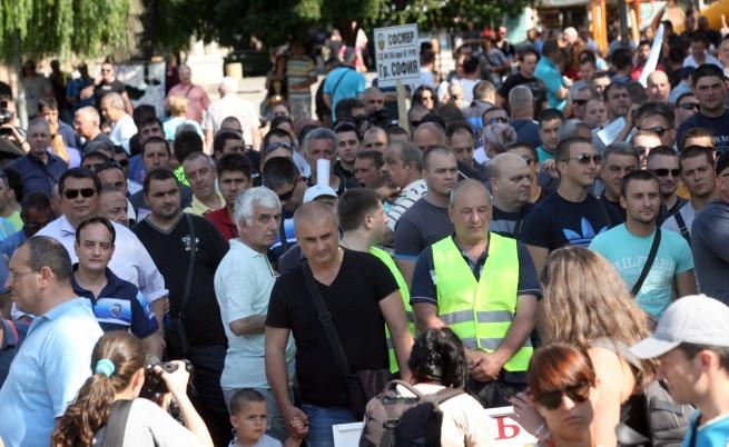 Полицаи, пожарникари и надзиратели на протест