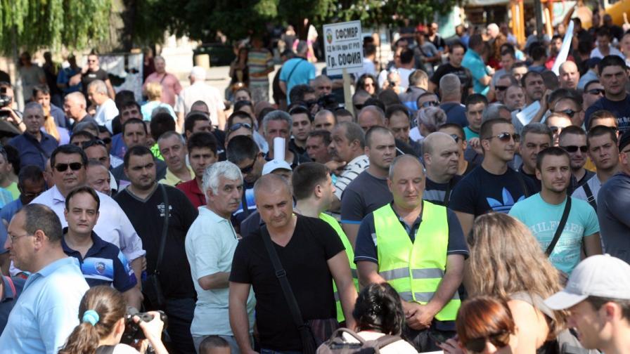 Протестиращите пред сградата на МВР