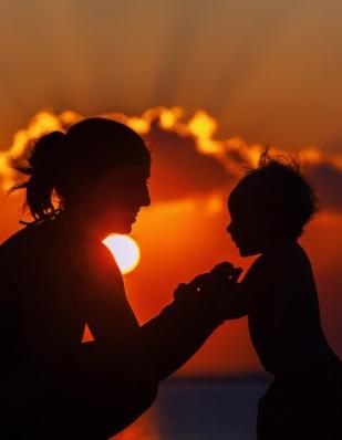 7. Детегледачките са рядкост  - Детегледачките са за богатите и за елита. Повечето семейства наистина не използват детегледачки, защото ако е необходимо някой да се грижи за децата, винаги могат да се обадят на баби, дядовци, лели, чичовци, съседи, приятели, за да ги гледат за няколко часа. Близките социални контакти са за това – винаги има някой на разположение да помага. Просто бъдете готови да върнете услугата в бъдеще.