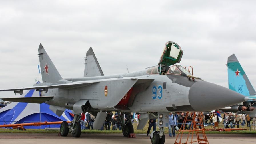 Русия разполага изтребители и възстановява летища в Арктика