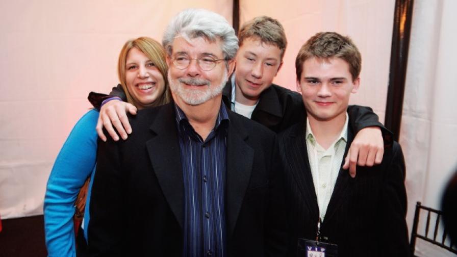 На преден план е режисьорът Джордж Лукас, а Джейк Лойд е момчето в най-десния край на снимката (кадър от 2005 г.)
