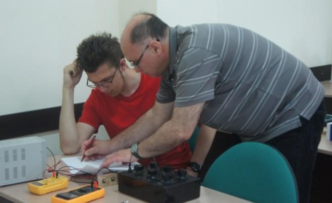 Състезателите работят върху експериментални задачи