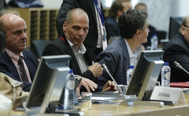 Гръцкият финансов министър Янис Варуфакис (ц)