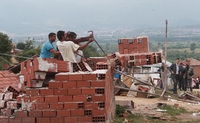 Започна събарянето на 5 незаконни къщи в Гърмен